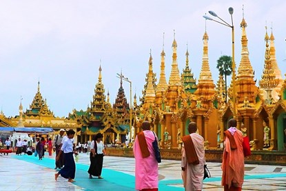 Shwedagon Pagoda  in Yangon -  Myanmar Day Tour